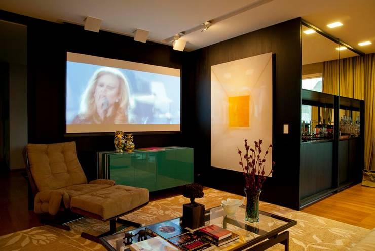 Apartamento Santo Agostinho: Salas de multimídia  por NB Projetos