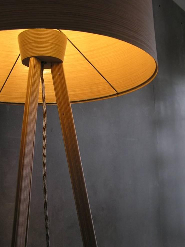 candeeiro de pé: Sala de estar  por Pau - Into the wood