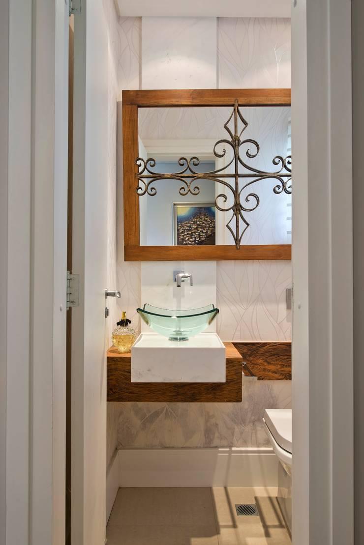 Reforma de personalidade: Banheiros ecléticos por Olesko & Lorusso Arquitetura e Interiores