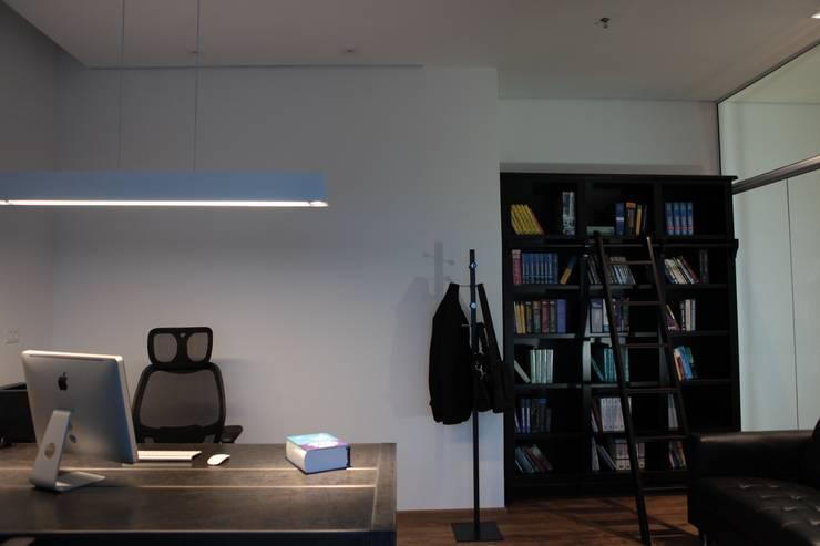 Office A.M.: Espaços comerciais  por Tiago Rocha Interiores