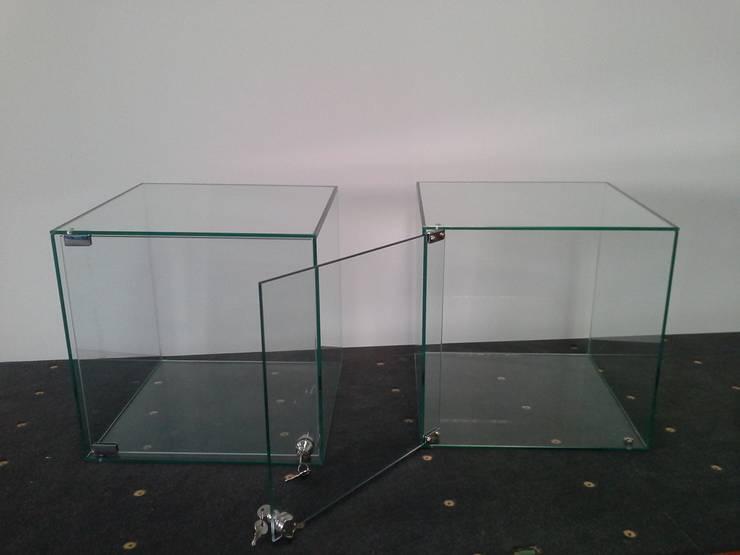 Mobiliário em vidro: Escritório e loja  por Autovidreira