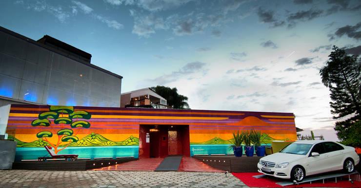 Casa Cor 2012 - Fachada e Boulevard: Centros de exposições  por Tatiana Junkes Arquitetura e Luminotécnica
