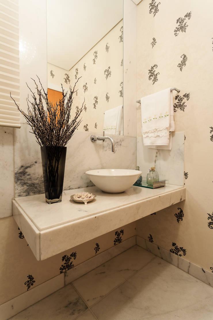 Apartamento Lourdes: Banheiros  por Morávia - Arquitetura e Interiores