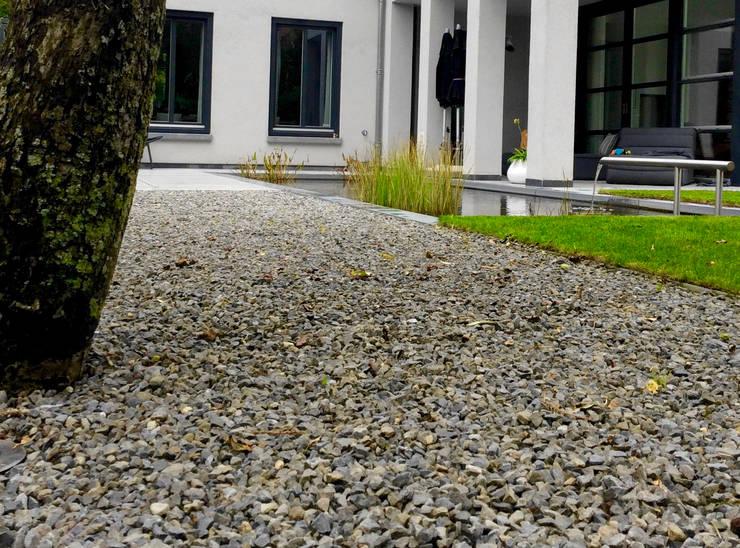 Moderne tuin met vijver en waterspel:  Tuin door Stoop Tuinen