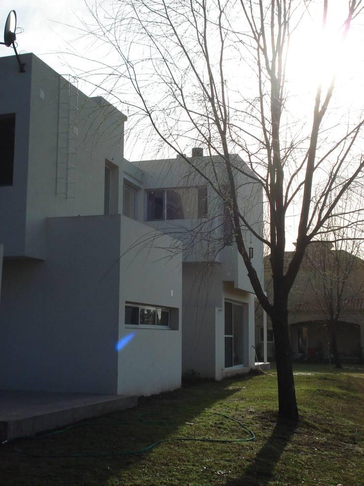 Casa Guinter: Casas de estilo  por Estudio d360