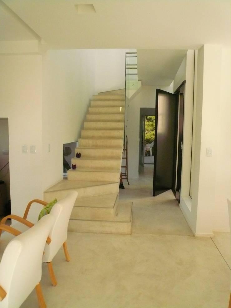 Casa Guinter: Pasillos y recibidores de estilo  por Estudio d360