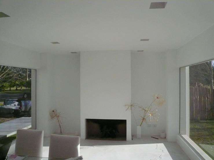 Casa Guinter: Livings de estilo  por Estudio d360