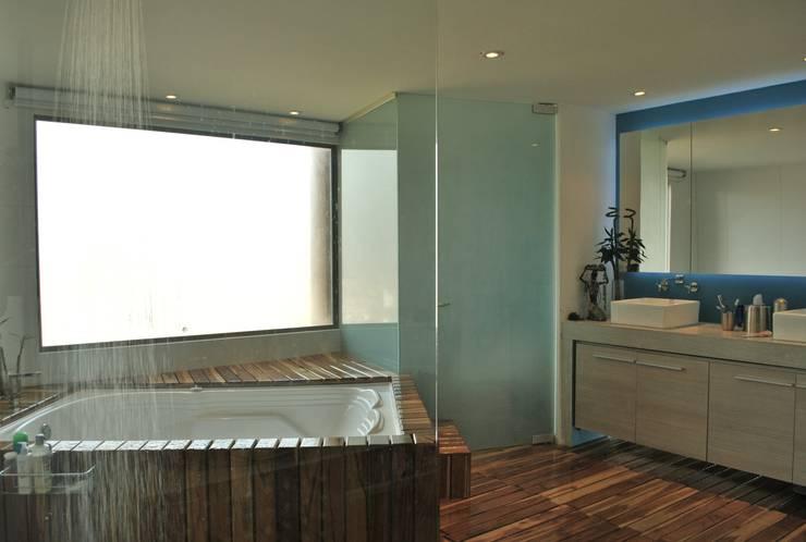Banheiros  por santiago dussan architecture & Interior design