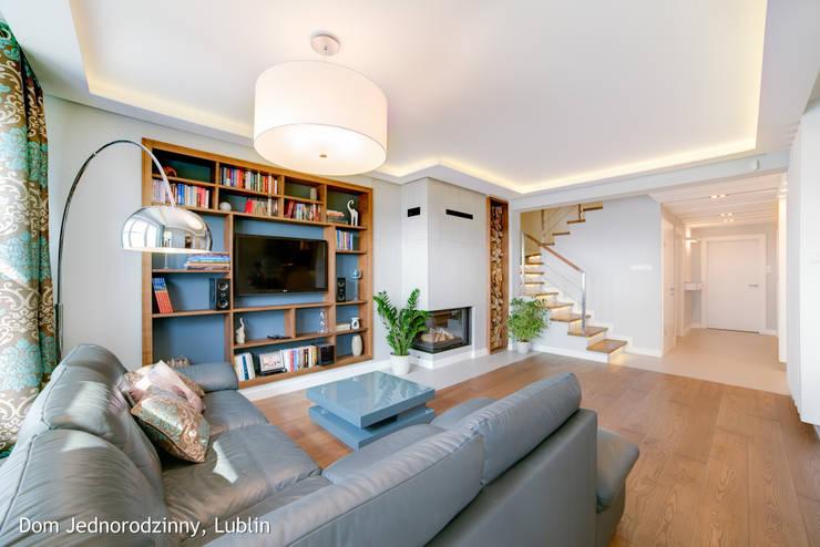 Salas de estilo moderno por Auraprojekt