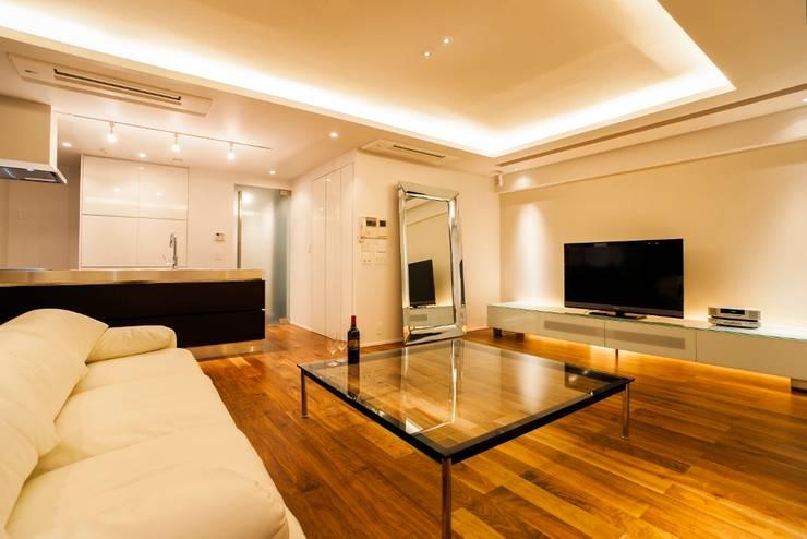 シンプル、シャビー、モロッコ調、部屋ごとに表情が変わるマンション: QUALIAが手掛けたリビングです。