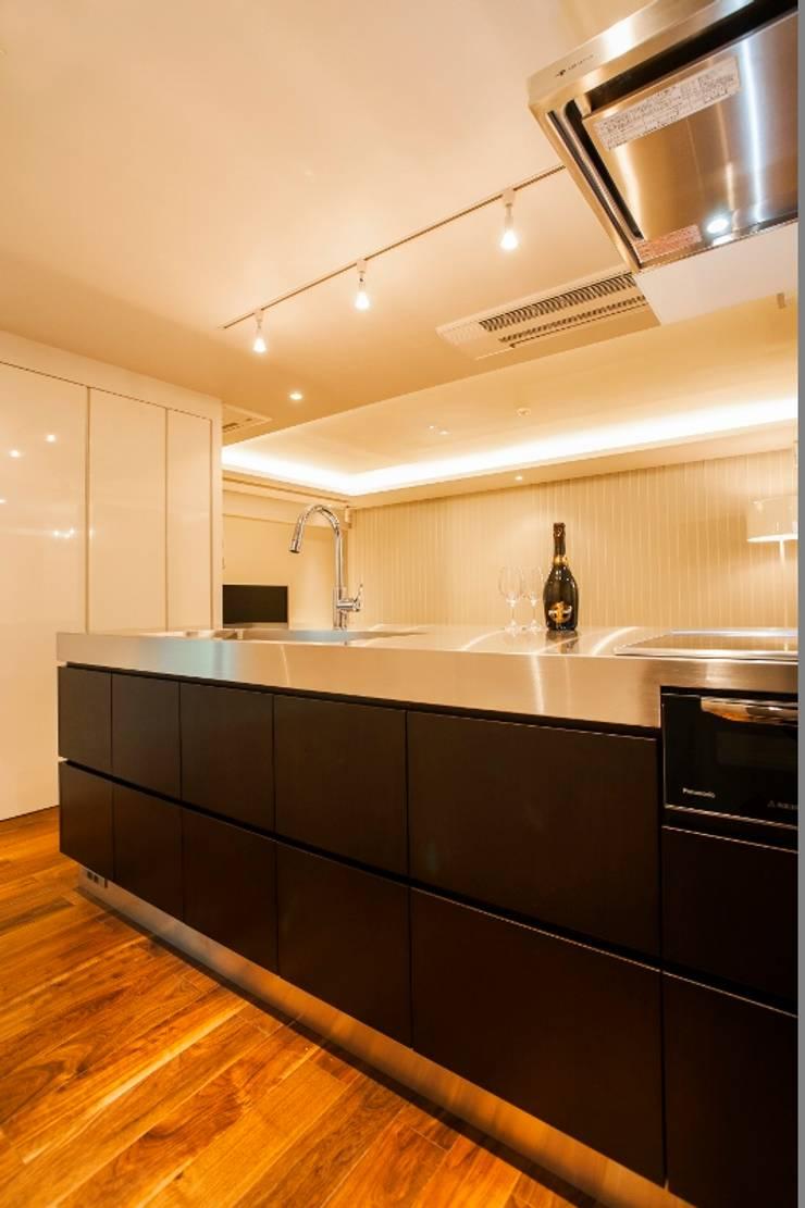 シンプル、シャビー、モロッコ調、部屋ごとに表情が変わるマンション: QUALIAが手掛けたキッチンです。