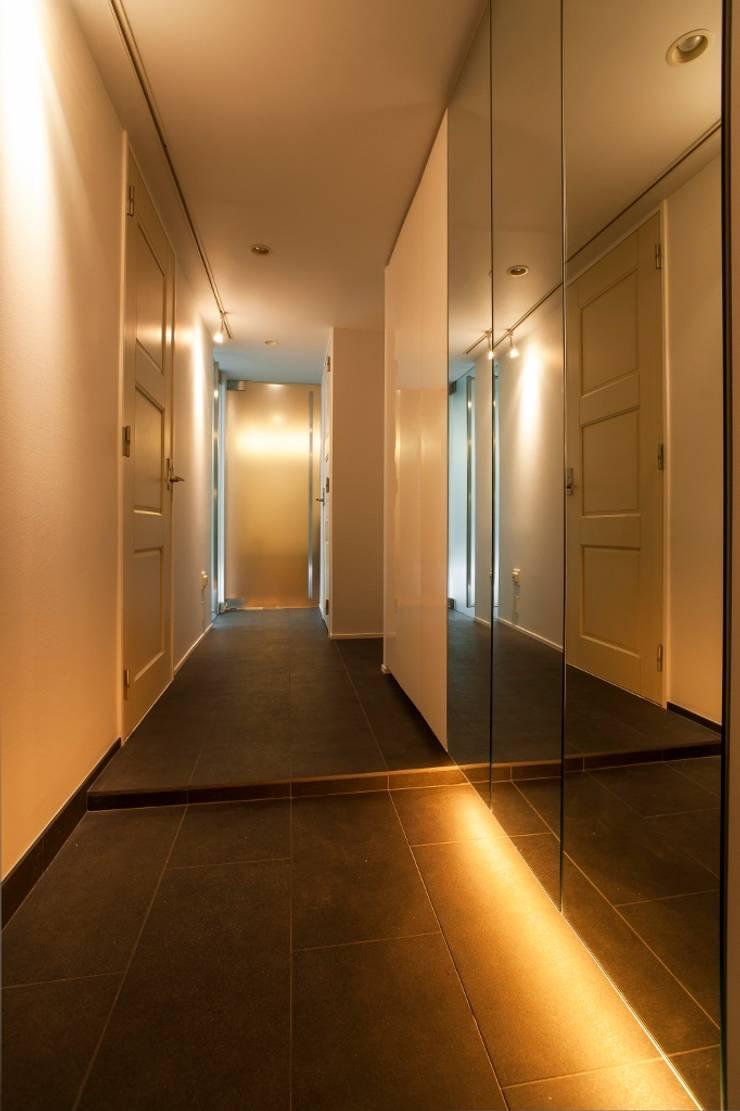 シンプル、シャビー、モロッコ調、部屋ごとに表情が変わるマンション: QUALIAが手掛けた廊下 & 玄関です。