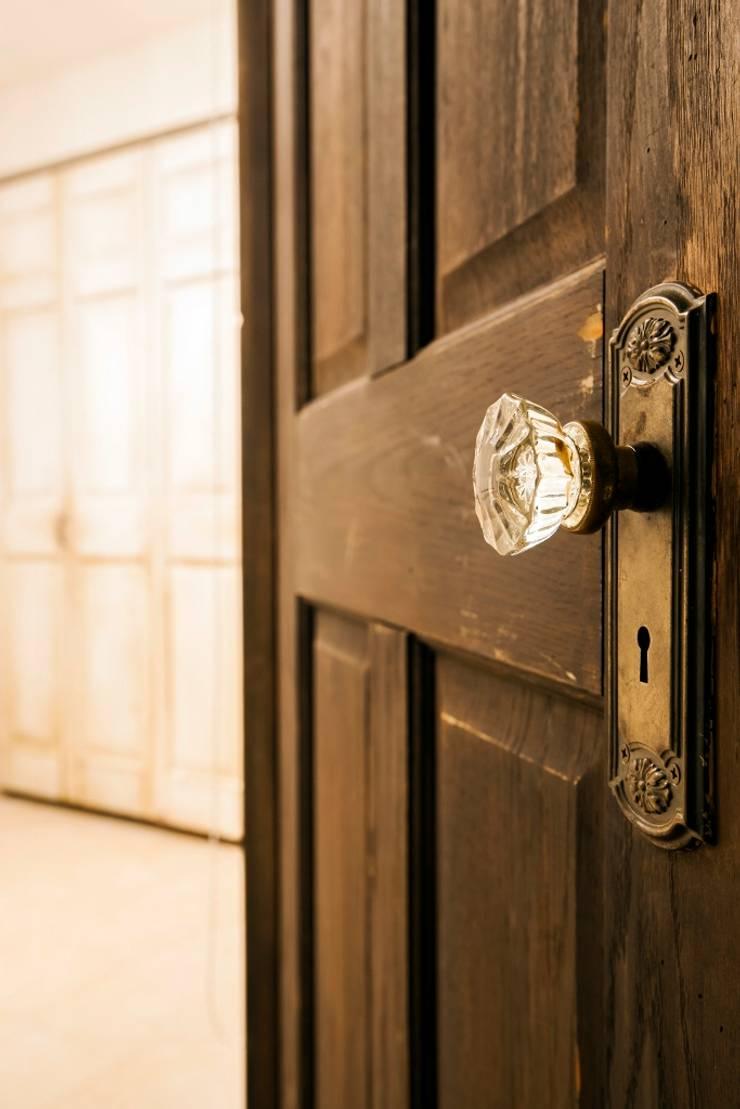 シンプル、シャビー、モロッコ調、部屋ごとに表情が変わるマンション: QUALIAが手掛けた窓です。