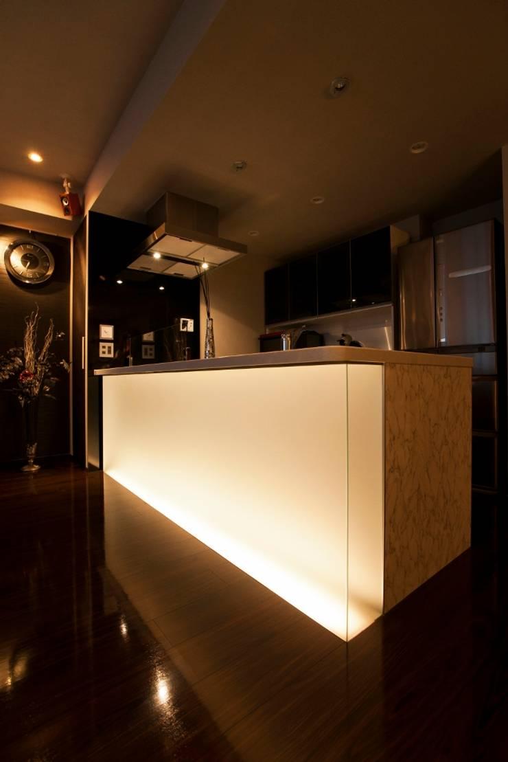 光の演出が冴える非日常空間でタワーライフを楽しむ: QUALIAが手掛けたキッチンです。