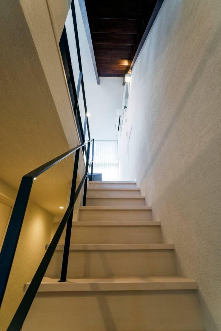 音楽好きな家族の防音室がある圧倒的な開放感の住まい: QUALIAが手掛けた廊下 & 玄関です。