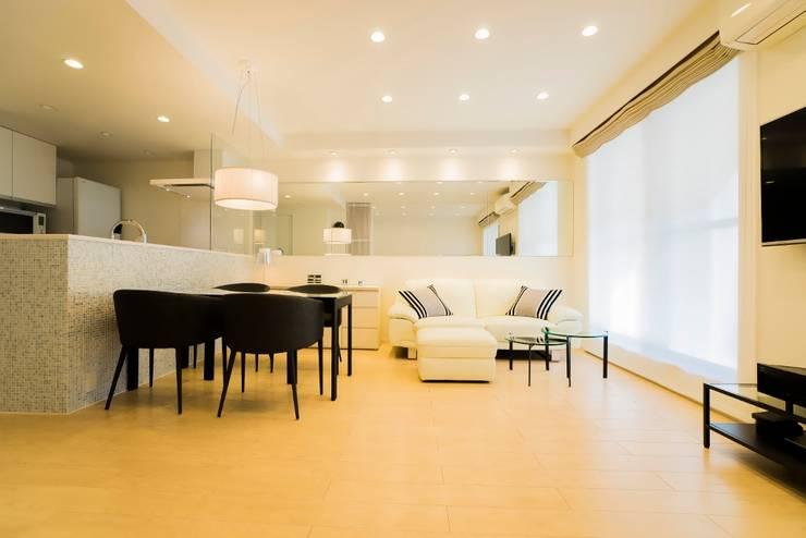 ベネツィアンモザイクタイルが映えるホワイトを基調とした上品な空間: QUALIAが手掛けたリビングです。