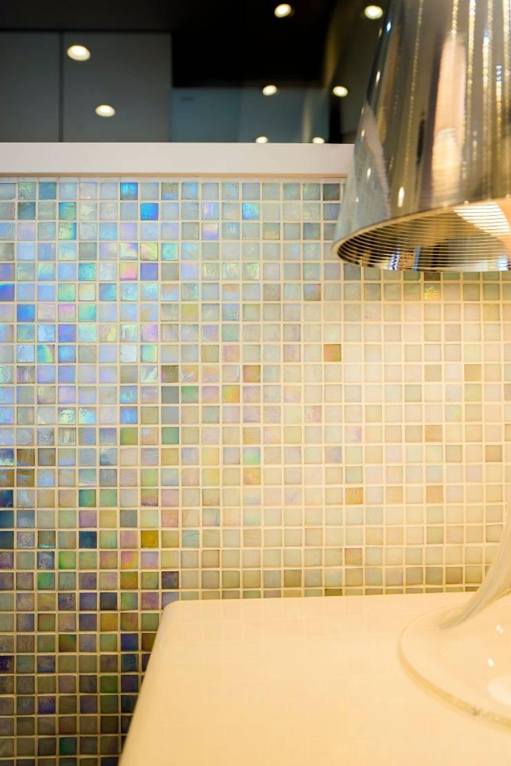 ベネツィアンモザイクタイルが映えるホワイトを基調とした上品な空間: QUALIAが手掛けたキッチンです。