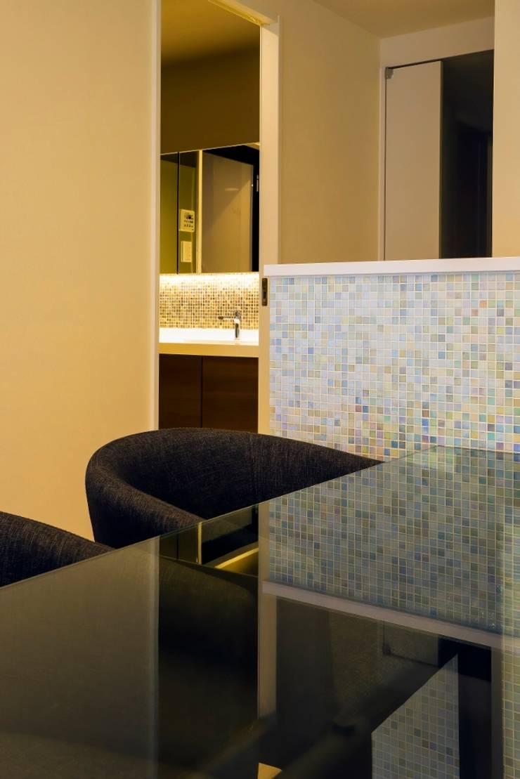 ベネツィアンモザイクタイルが映えるホワイトを基調とした上品な空間: QUALIAが手掛けたダイニングです。