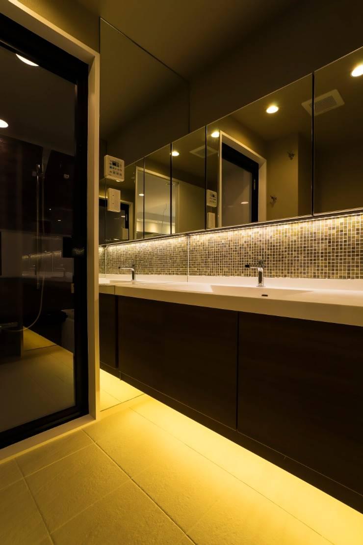 ベネツィアンモザイクタイルが映えるホワイトを基調とした上品な空間: QUALIAが手掛けた浴室です。