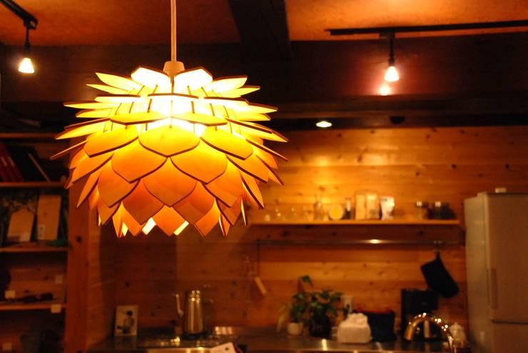 NLO 木製ランプシェード ペンダントライト: ナカオランプが手掛けたダイニングルームです。,
