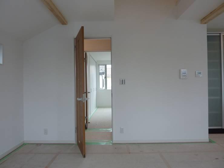 屋根裏収納への階段箪笥(ビフォー): アッシュ・ペー・フランス株式会社が手掛けたです。,
