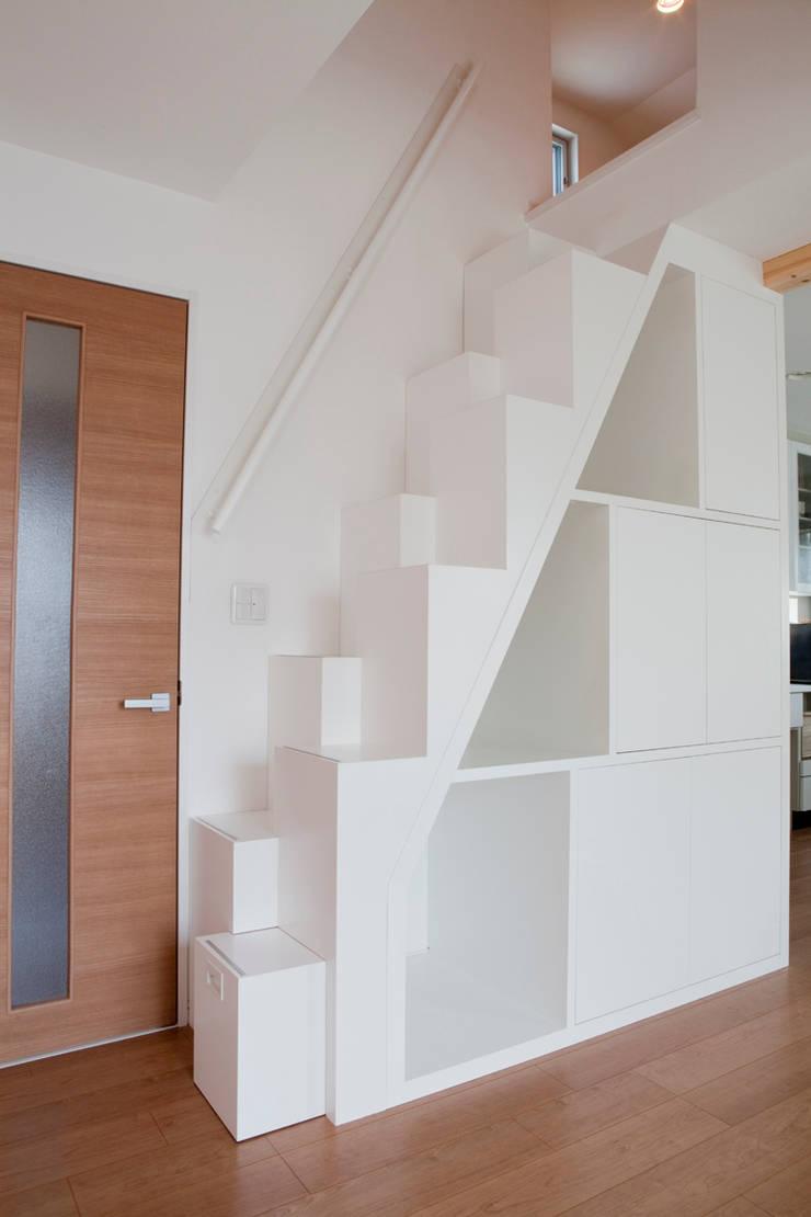 屋根裏収納への階段箪笥(アフター): アッシュ・ペー・フランス株式会社が手掛けたです。,