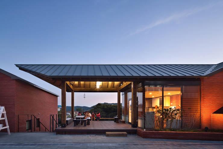SOOGOOK VILLAGE: 건축사사무소 오퍼스의  주택