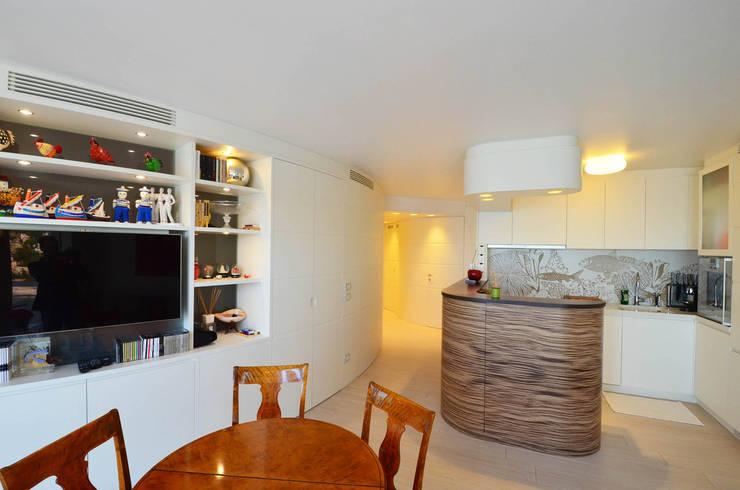 appartement roquebrune cap martin : Salle à manger de style de style Méditerranéen par kmmarchitecture