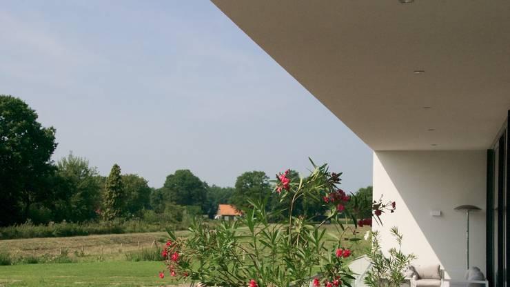 Prachtige villa op bijzonder landgoed in De Achterhoek:  Tuin door ARX architecten