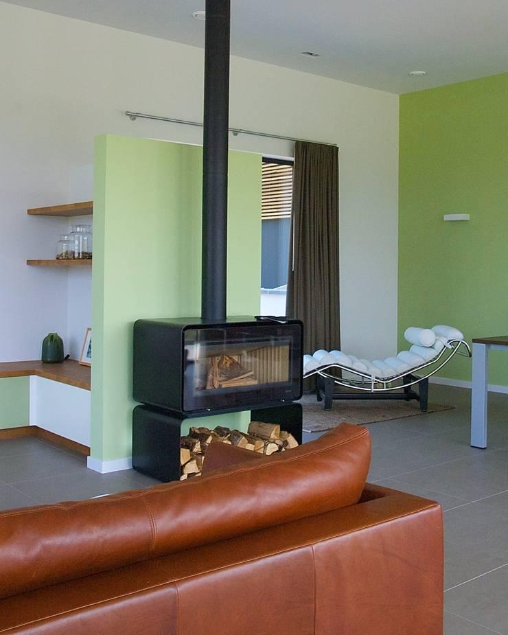 Prachtige villa op bijzonder landgoed in De Achterhoek:  Woonkamer door ARX architecten