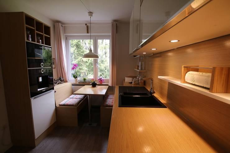Kleine Küche in Eiche Weiß: moderne Küche von Schreinerei Möbel - Holzsport Häupler