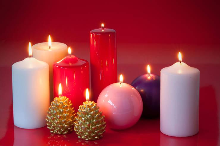 Weihnachtskerzen: klassische Wohnzimmer von Pulcranet SRL