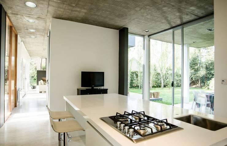 Casa AP: Cocinas de estilo  por Felipe Gonzalez Arzac