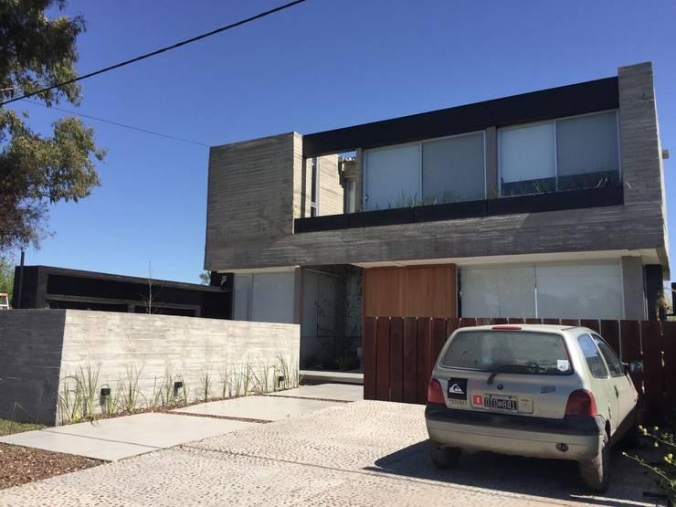 Casa Q: Garajes de estilo moderno por Felipe Gonzalez Arzac