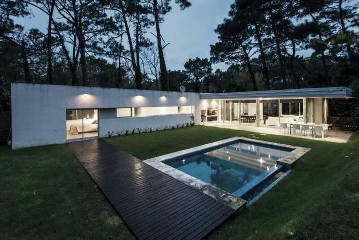 Casa Q2: Piletas de estilo  por Felipe Gonzalez Arzac