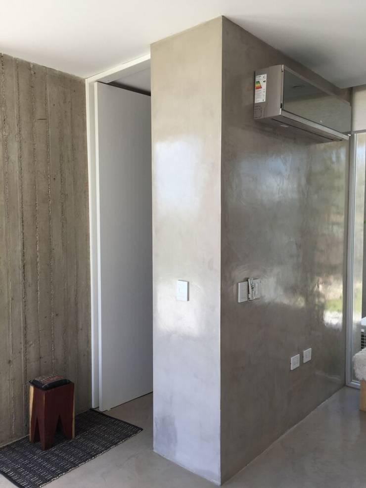 Casa Q: Pasillos y recibidores de estilo  por Felipe Gonzalez Arzac