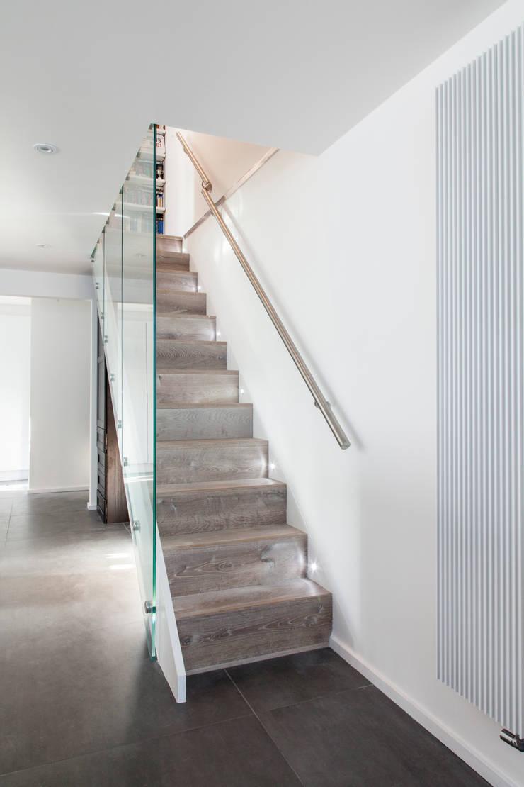 Corridor & hallway by David Nossiter Architects