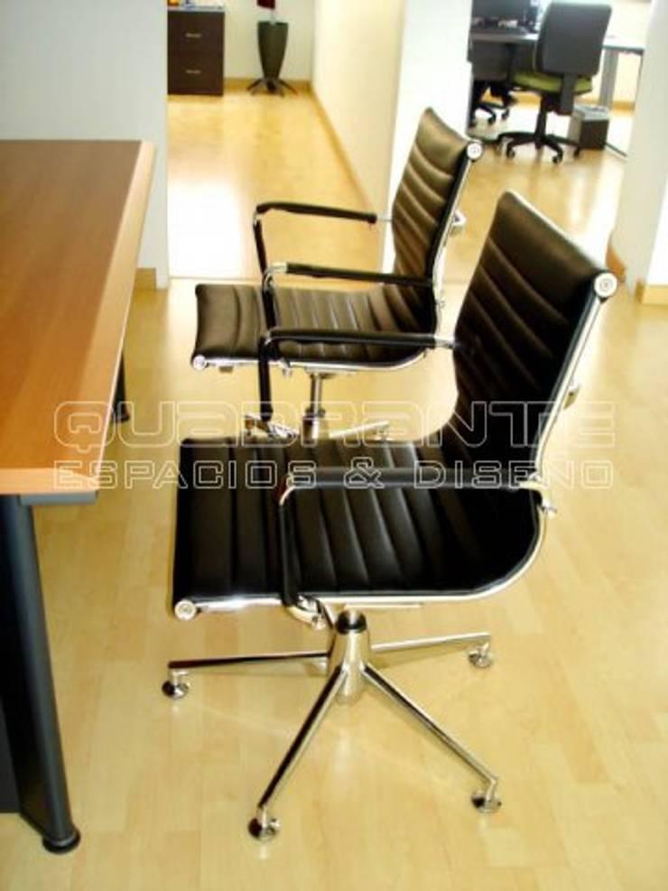 Silla interlocutora tipo oficina presidencial: Estudio de estilo  por Quadrante Espacios y Diseño Ltda