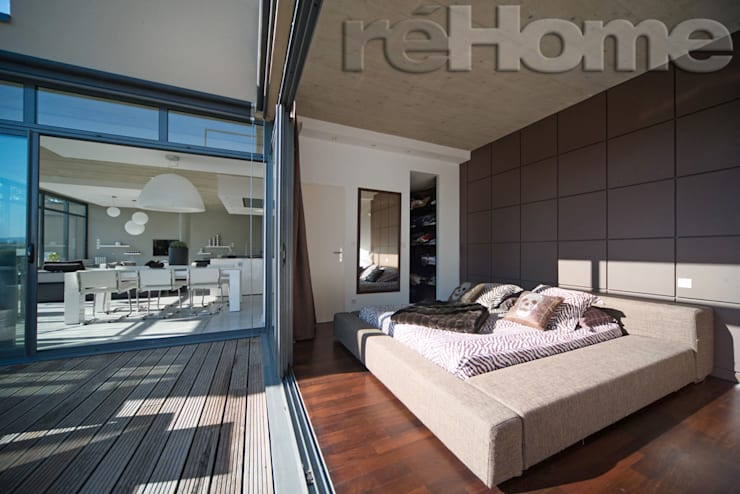 Chambre ouverte sur terrasse: Terrasse de style  par réHome