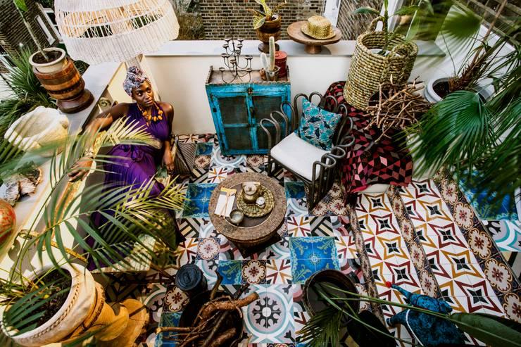 Peponi House – A harmonia no caos: Parede e piso  por MOSAIC DEL SUR