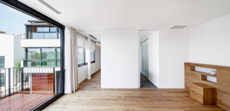 HOUSE FOR A MUSICIAN AND A DANCER: Dormitorios de estilo  de Alex Gasca, architects.