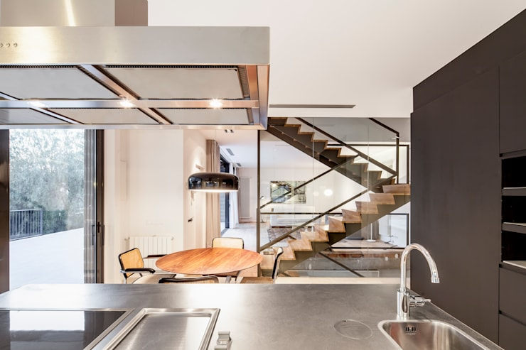 HOUSE FOR A MUSICIAN AND A DANCER: Comedores de estilo  de Alex Gasca, architects.