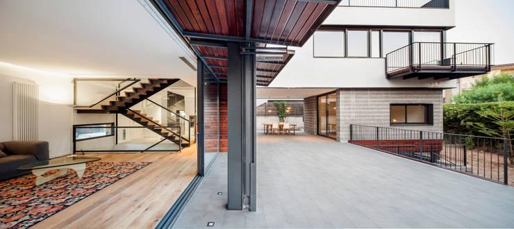 HOUSE FOR A MUSICIAN AND A DANCER: Casas de estilo  de Alex Gasca, architects.
