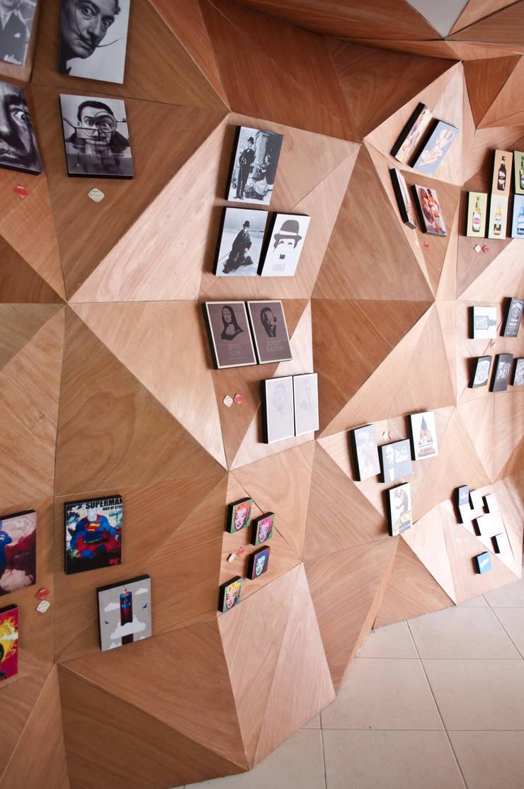 Muro de exposición de cuadros: Oficinas y Tiendas de estilo  por somos2