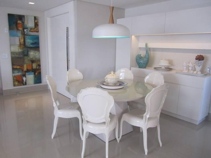 Apartamentos no Edifício Ecoliving: Salas de jantar  por Sandra Kátia Junqueira