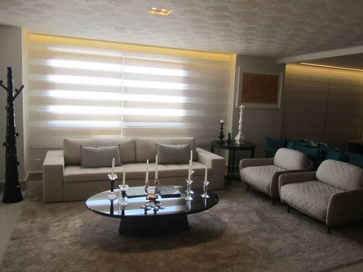 Apartamentos no Edifício Ecoliving: Salas de estar  por Sandra Kátia Junqueira