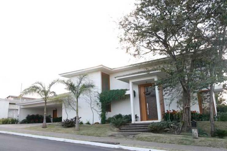 Residência - Cond. Portal do Sol II: Casas  por Sandra Kátia Junqueira