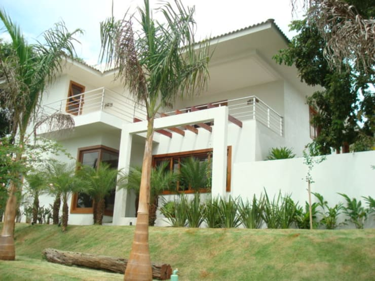 Residência – Cond. Portal do Sol II: Casas  por Sandra Kátia Junqueira