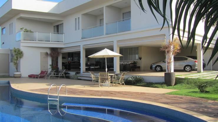 Residência - Cond. Alphaville Araguaia: Piscinas modernas por Sandra Kátia Junqueira