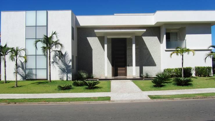 Residência – Cond. Alphaville Araguaia: Casas  por Sandra Kátia Junqueira
